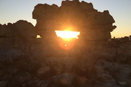j9-coucher-soleil-fenetre-isalo