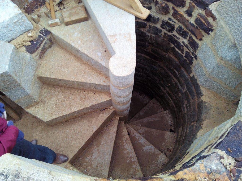 2014-mai-escalier-tours-guedelon-MFV